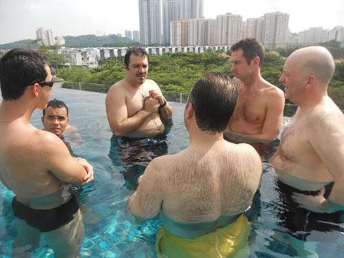 Rui Salvador, com as mãos no peito, costumava reunir-se com os investidores em piscinas, de acordo com o EL PAÍS.
